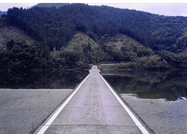 四万十川の沈下橋を車で通る