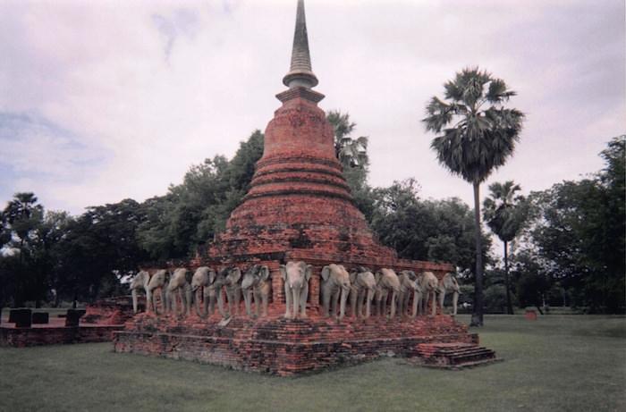 スコータイの象の模様で飾られた塔