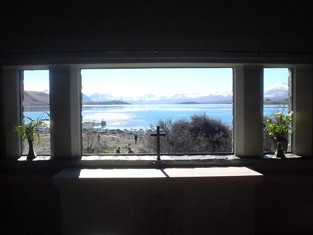 教会の中から見るテカポ湖