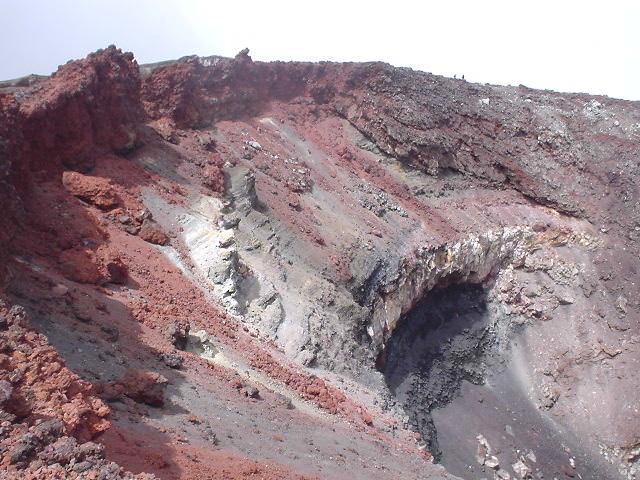 ナウルホウイ山頂の巨大クレーター - NZトレッキング