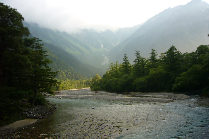河童橋から今回目指す穂高連峰を望む