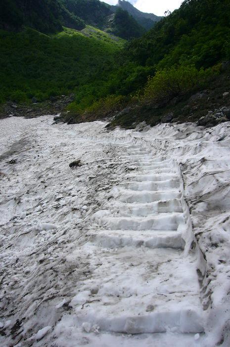 雪渓に作られた階段
