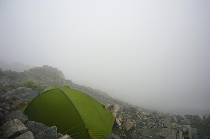 急斜面のテント場