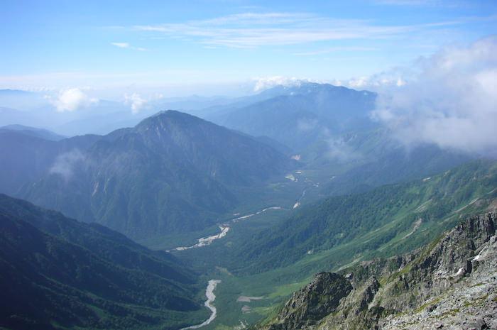 奥穂高岳山頂から上高地側の景色