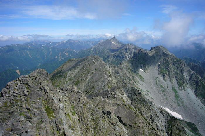 奥穂高岳山頂から北穂高岳とその奥には槍ヶ岳
