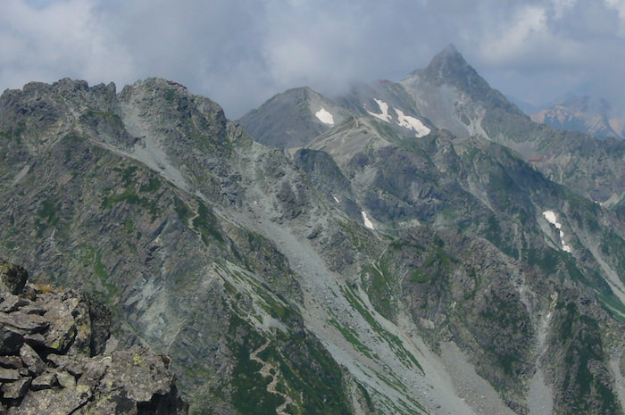 前穂高岳山頂から見た槍ヶ岳