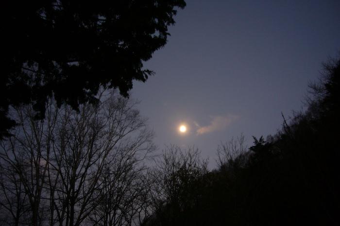 テントから空を見ると月がでてた