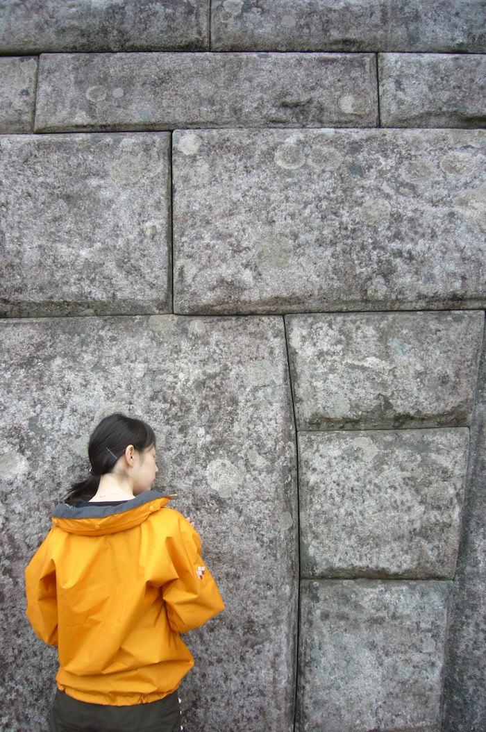カミソリの刃1枚通さないほど緻密な石壁