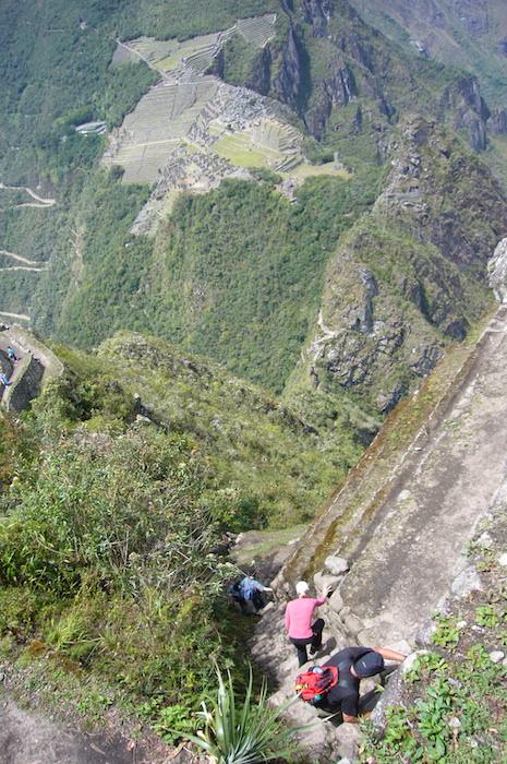ワイナピチュから急坂を降りる