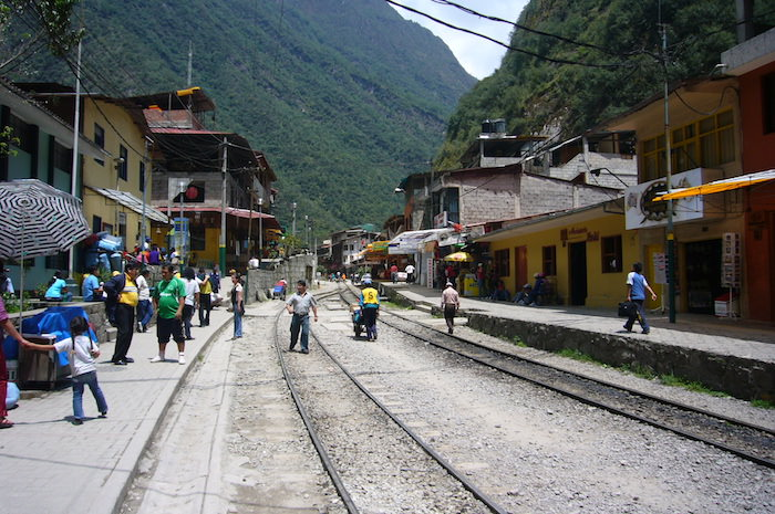 アグエス・カリエンテス村の電車ホームと線路