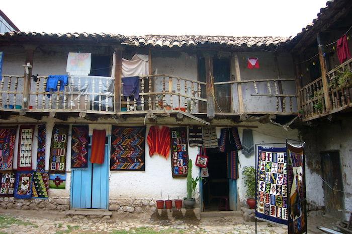 クスコ路地裏の土産物屋