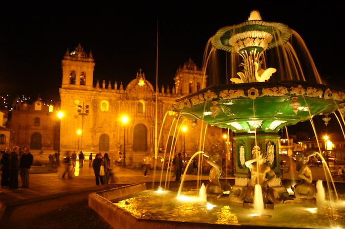 ライトアップされたアルマス広場