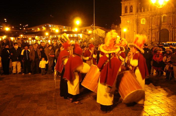 夜のアルマス広場で生演奏