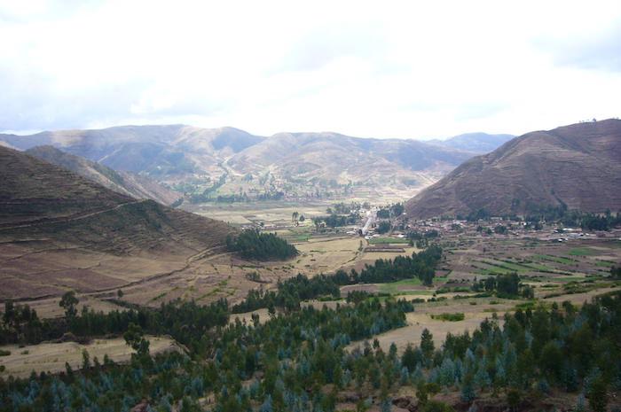 クスコの山から谷を見渡す