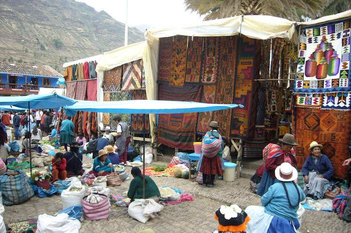 ピサックで売られている編み物、布生地など