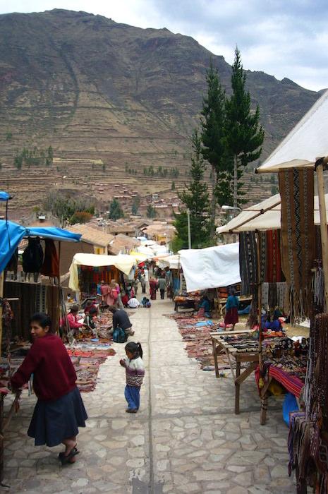 山に囲まれたピサック(市場)