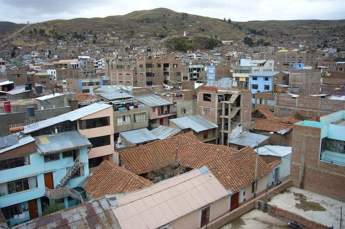 宿の屋上から見たプーノの街