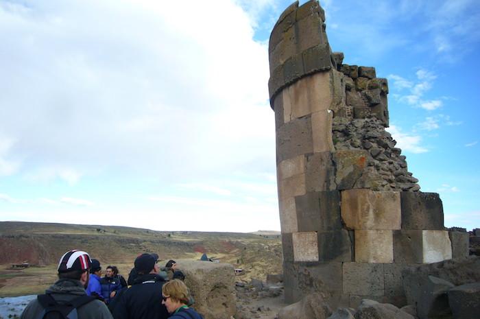 巨大な石塔の墓