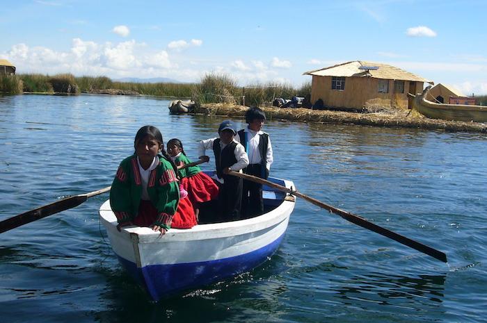 ボートで近づいてくる子供たち