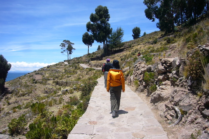 タキーレ島の坂道を登る