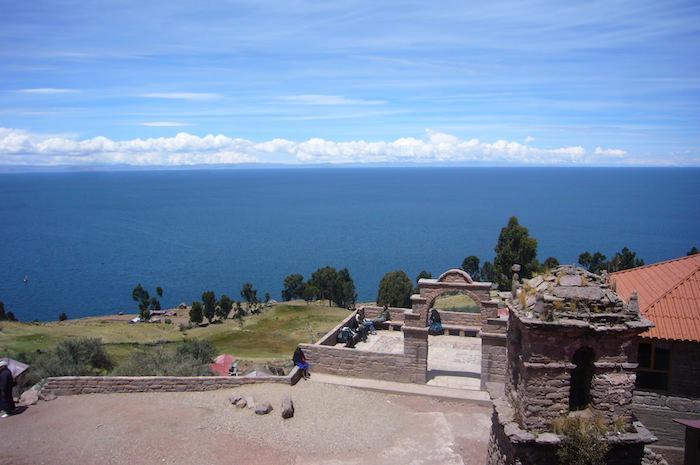 タキーレ島の広場からチチカカ湖を一望