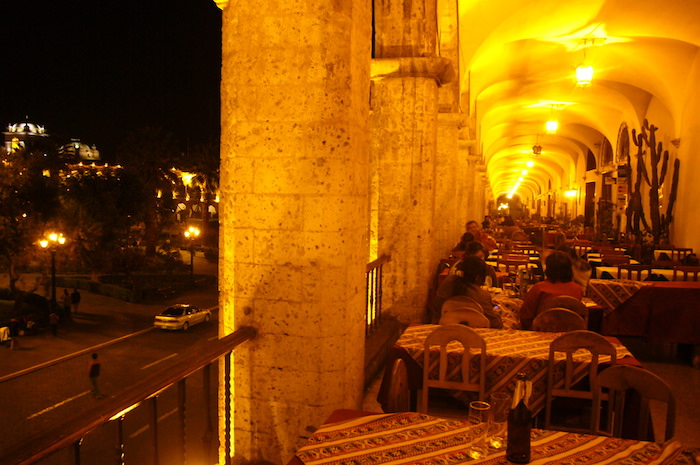 アルマス広場の側のバルコニーで夕食
