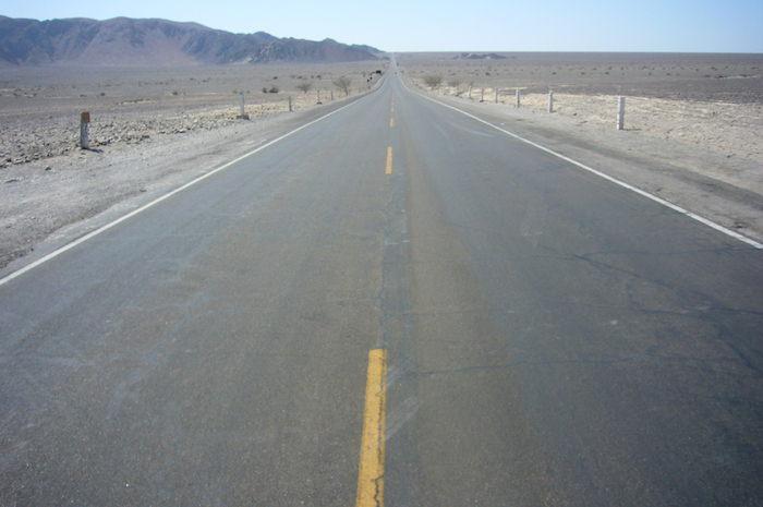 ナスカの地上絵まで延々と続く道路