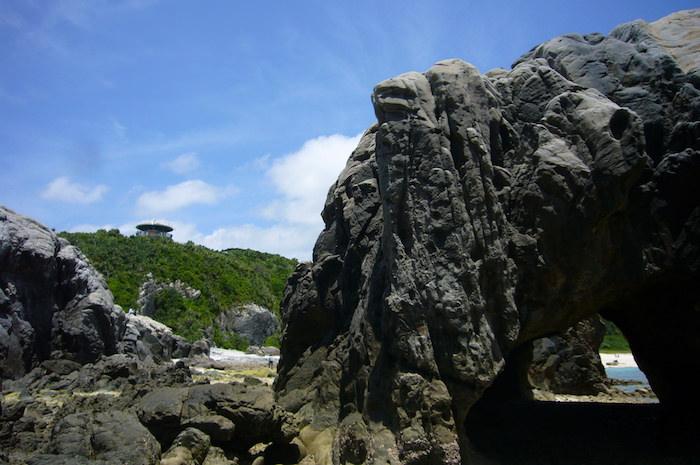 ビーチの岩場