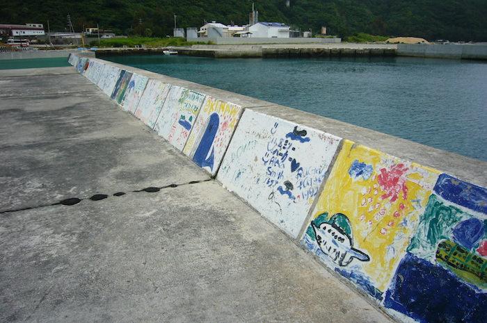 渡嘉敷島の海沿いを散歩