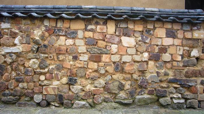 解体した窯のレンガを利用した「トンバイ塀」
