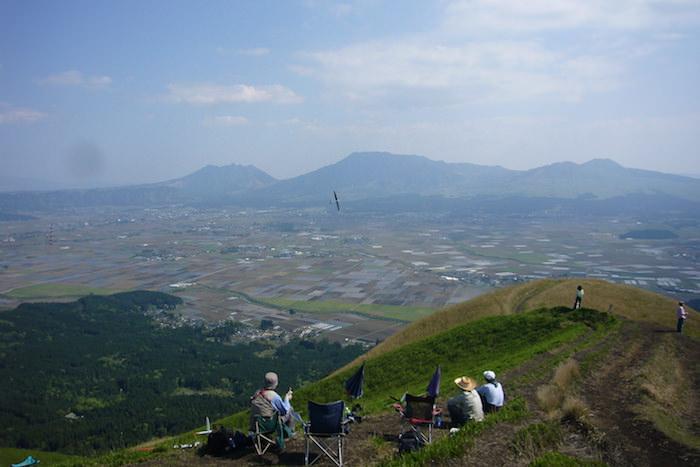 大観峰でラジコン飛行機を飛ばす人たち