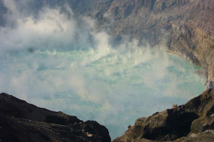 阿蘇山の火口から湧き出る硫黄ガス