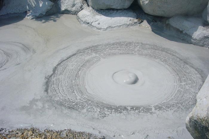 灰色の熱泥