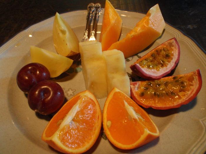 屋久島フルーツガーデンで果物の試食