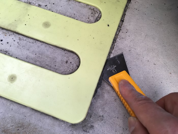 金属製のスクレーパーで剥がす