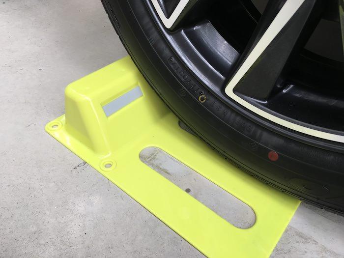 タイヤで踏むので両面テープだけでもずれない車輪止め