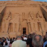 アブ・シンベル神殿に朝日の光が差し込む
