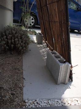 炭火よしず。風で飛ばないように、下部をブロックで固定。