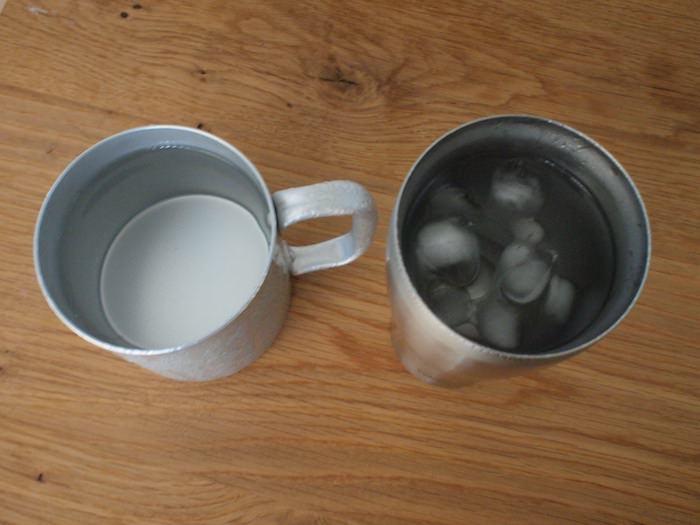 サーモスのタンブラーとアルミのマグカップとの保冷性比較