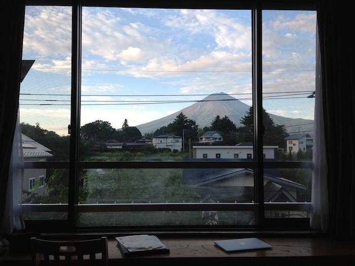 温泉宿「大池ホテル」の窓から富士山が見える