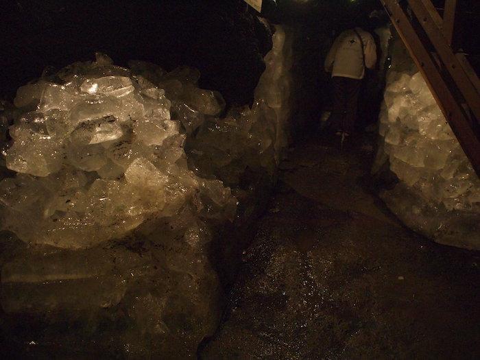 鳴沢氷穴の氷室