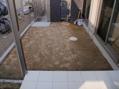 芝生の土作り。水はけの改善と肥料の投入。