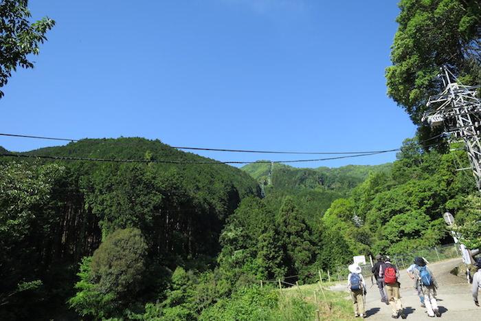 ロープウェイ乗り場から登山口へ