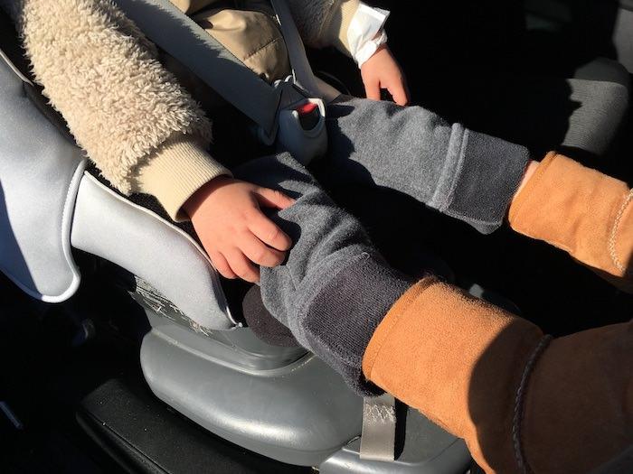 チャイルドシートに座る子供