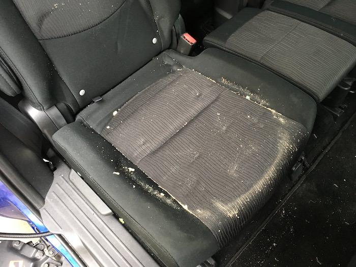 チャイルドシート下の汚れ