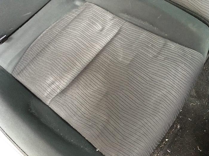 シートに残ったチャイルドシートの跡