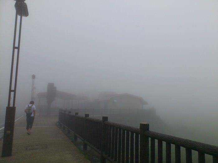 雨で靄がかかった道の駅「朝霧公園」