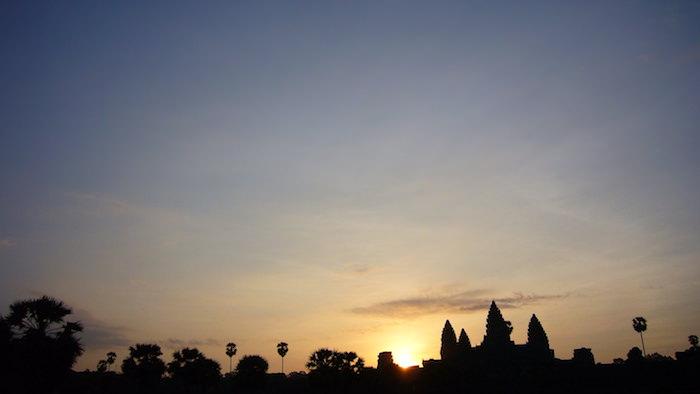 朝日に浮かぶ、アンコール・ワット中央祠堂のシルエット