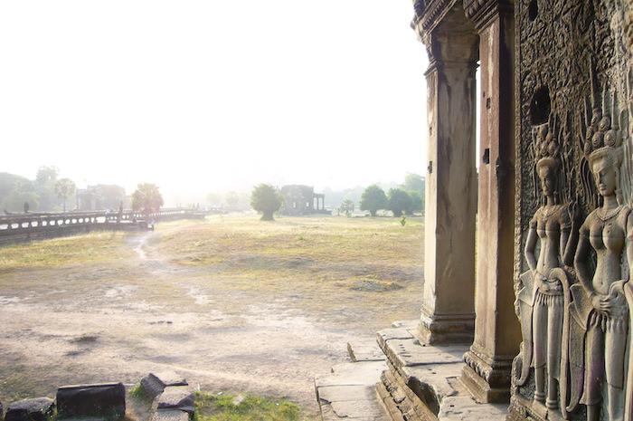 朝靄のアンコール・ワット遺跡散策