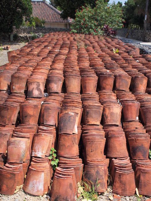 竹富島で積み重ねられていた赤瓦